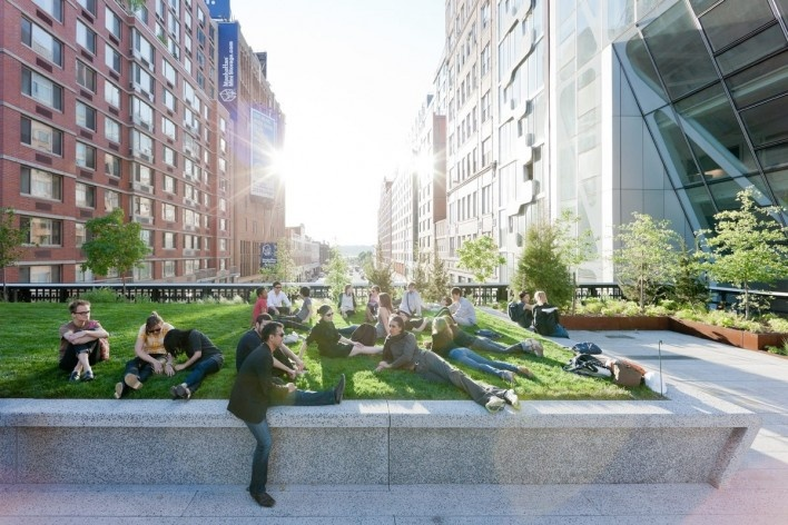 23rd Street Lawn, the northern end of the 4,900-square-foot lawn peels up over West 23rd Street, looking West, toward the Hudson River<br />Photo Iwan Baan 2011