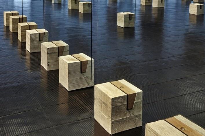 Cavaletes de vidro reconstruídos, bases em concreto e madeira. Metro Arquitetos Associados