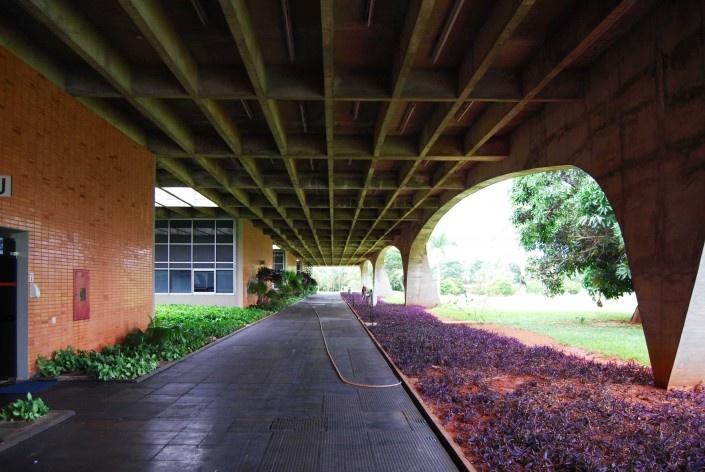 Escola Superior de Administração Fazendária – ESAF, circulação setor de alojamentos, Brasília DF<br />Foto Daniel Corsi