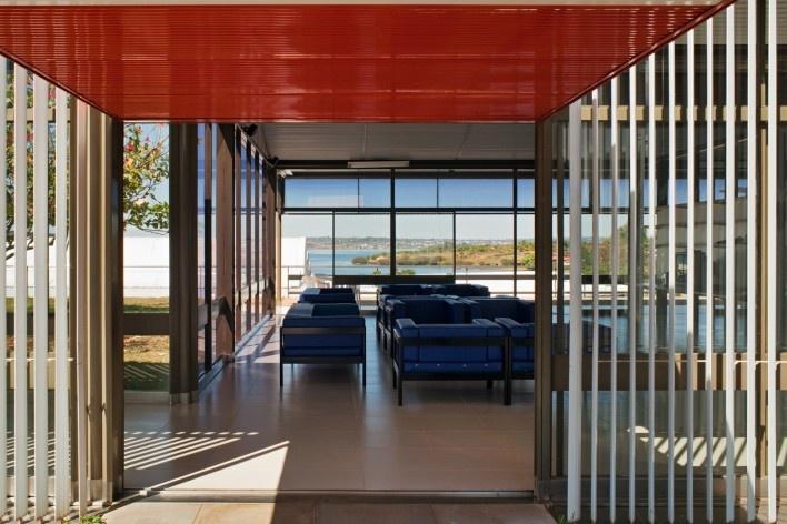 """Sarah Brasília Lago Norte, sala de espera, Brasília DF<br />Foto Nelson Kon  [LIMA, João Filgueiras (Lelé). """"Arquitetura - uma experiência na área da saúde""""]"""
