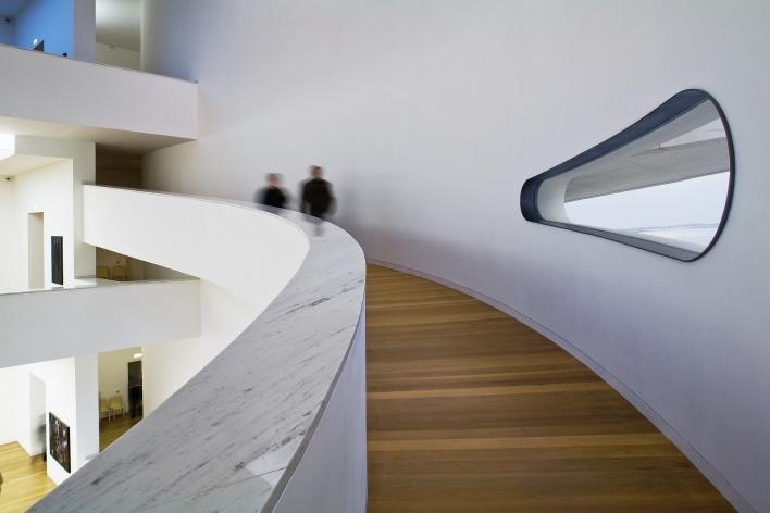 Sede da Fundação Iberê Camargo, rampas no salão principal. Arquiteto Álvaro Siza, 2008<br />Foto Nelson Kon