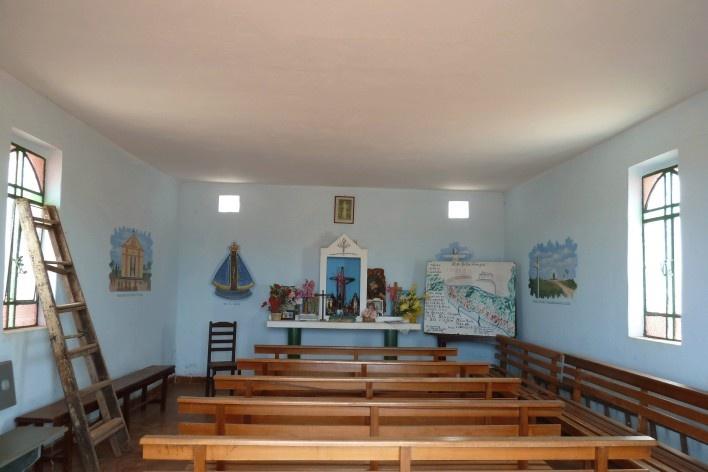 Capela no Morro da Mesa, altar e assentos dos fieis<br />Foto Michel Gorski