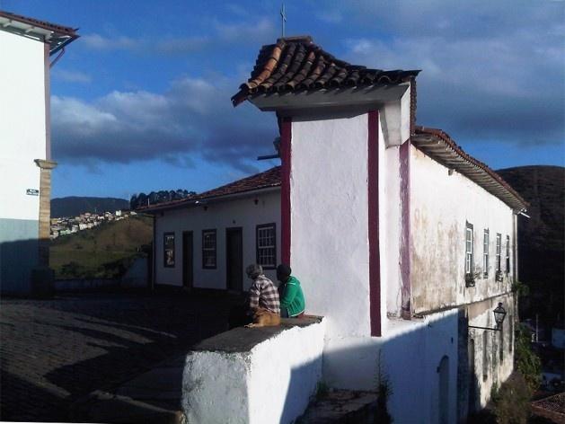 Casa que se volta para rua plana e ladeira inclinada, fazendo a contenção do terreno<br />Foto Abilio Guerra