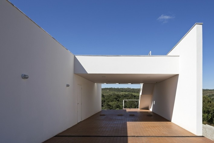 Casa Torreão, estacionamento, Brasília DF, arquitetos Daniel Mangabeira, Henrique Coutinho e Matheus Seco Foto Haruo Mikami