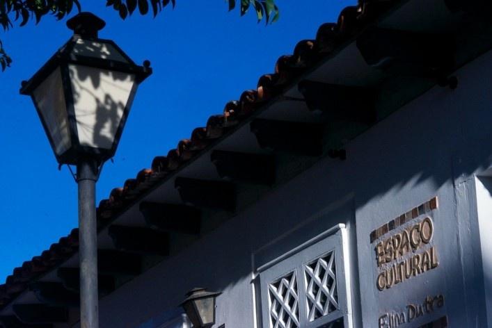 Detalhe de iluminação pública e publicidade inserida no conjunto urbano edificado<br />Foto Fabio Lima