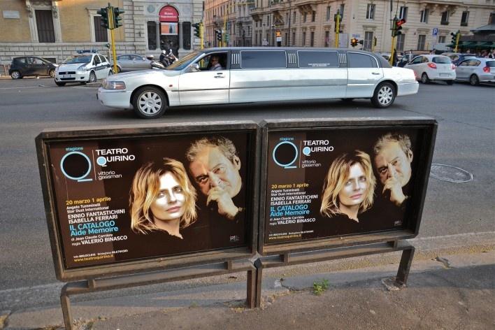 Contaminações, painel publicitário e automóveis com detalhe para limusine no centro urbano de Roma<br />Foto Fabio José Martins de Lima