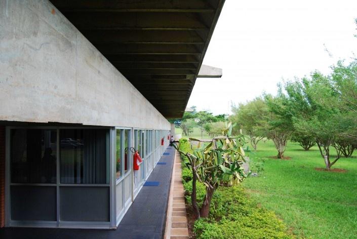 Escola Superior de Administração Fazendária – ESAF, fachada lateral setor educacional, Brasília DF<br />Foto Daniel Corsi