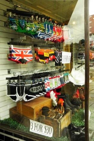 Comércio varejista, Castro. A venda de roupas e acessórios voltados ao público LGBT é comum, na Castro Avenue e adjacências<br />Foto Maria Carolina Maziviero, 05/04/2014