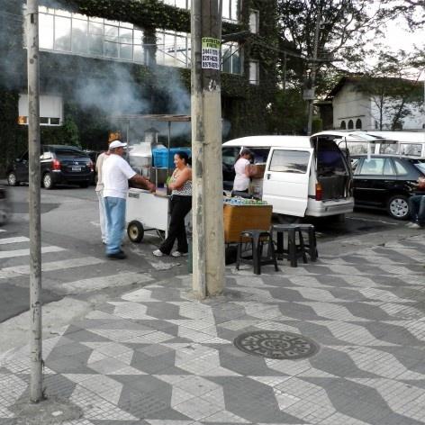 Oficina de desenho urbano MCB, interferência urbana: comércio irregular, São Paulo, 2011<br />Foto Nina Dalla