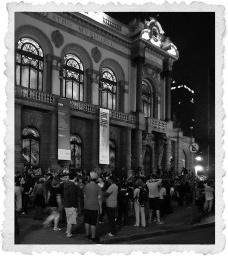 """Início da """"Caminhada noturna pelo centro"""", à frente do Teatro Municipal de São PauloFoto Ivan Fortunato"""