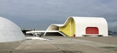 O Teatro Popular Oscar Niemeyer em Niterói e o Teatro Raul Cortez em Duque de Caxias