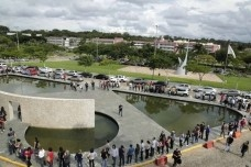 Integrantes da comunidade acadêmica se reunem em frente ao prédio da Reitoria da UFMGFoto Foca Lisboa  [Website UFMG]