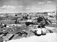 Imagem tomada do Morro do Piolho, no Cambuci. Em primeiro plano vemos as casas da Rua do Lavapés e ao fundo o conjunto da LightFoto divulgação  [Acervo Casa da Imagem/DPH/SMC]