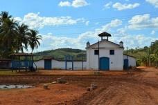 Capela de Nossa Senhora do Rosário, cruzeiro de madeira e muro do cemitério lateral, Arraial da Barra, Goiás Velho GO, 2014Foto Elio Moroni Filho