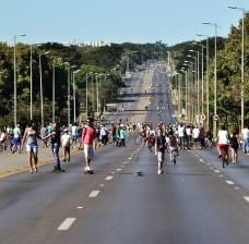Eixo Rodoviário, Brasília, num domingo comumFoto Frederico de Holanda