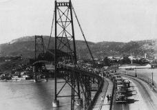 Ponte com estrado de madeira nos primeiros anos de utilizaçãoAcervo fotográfico Celso Lessa  [http://celsolessa.blogspot.com.br/2011/10/ponte-hercilio-luz-floripa.html]