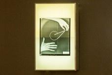 """Negatoscópio com lâmina de raio X com mãos e compasso, peça da exposição """"Melancolia 3"""", de Marco do ValleFoto divulgação"""