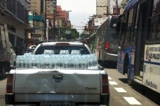 Utilitário carregado de água, bairro de Pinheiros, São PauloFoto Ciça Gorski