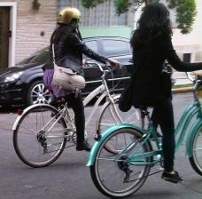Moças andando de bicicleta no bairro da Bela Vista, São PauloFoto Abilio Guerra