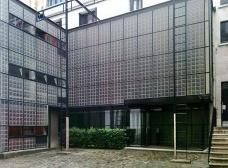 Vista do pátio interno, fachadas de blocos de vidro da entrada da casa. Fachada responsável pela denominação da casa: Maison de Verre, 2011Foto Silvia Palazzi Zakia
