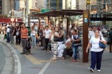 Ponto de ônibus, Largo da Batata, São PauloFoto Michel Gorski