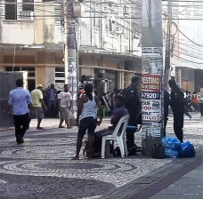 Cadeiras na rua de pedestres, centro de Aracaju, detalheFoto César Henriques Matos e Silva, 2006