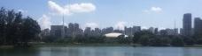 Ginásio visto do interior do parque, com o lago em primeiro plano, o Monumento das Bandeiras à esquerdaFoto Renato Anelli