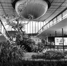 Exposição Universal e Internacional de Bruxelas, interior do Pavilhão do Brasil com o balão fechando parcialmente o impluvium, 1958Foto Reginald Hugo de Burgh Galwey  [RibaPix]