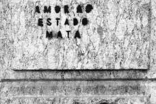 """Pichação """"Amor ao Estado mata"""", parede externa de edificação em pedra gnaisse, centro do Rio de JaneiroFoto Abilio Guerra"""