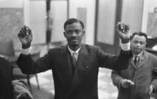 O líder congolês Patrice Lumumba durante mesa redonda em conferência, Bruxelas, janeiro de 1960Foto Anefo 910-9738 De Congolese / Nationaal Archief, Den Haag, Rijksfotoarchief  [Fotocollectie Algemeen Nederlands Fotopersbureau (ANEFO), 1945-1989 / Wikimedia Commons]