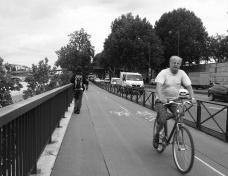 Homem andando de bicicleta em ciclovia de ParisFoto Abilio Guerra