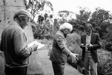 Hans Broos, Burle Marx e Haruyoshi Ono no jardim da casa de Broos no MorumbiFoto divulgação  [Arquivo Hans Broos]
