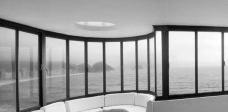 Pano de vidro no escritório do arquiteto Oscar Niemeyer, Copacabana, Rio de Janeiro / galeria do Palazzo degli Uffizi, Firenzi, arquiteto Giorgio VasariFotos Victor Hugo Mori  [passar o mouse sobre a imagem]