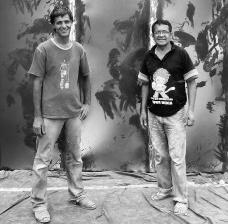 Arte de obra (1) terminada, Pixote e Pedrão mostram o sorriso de missão cumprida.