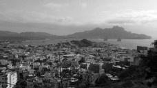 Mindelo, vista da Baía do Porto Grande a partir do bairro Chã de Alecrim, em que se percebe a relação da cidade com a paisagem envolventeFoto Marcela Santana, 2016