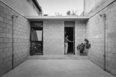 Casa Vila Matilde, garagem e pátio de entrada. Terra e Tuma ArquitetosVila Matilde's House, garage and front entry. Terra e Tuma architectsFoto Pedro Kok
