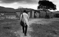 """Médico cubano chegando na casa de paciente no interior do país, fotografia da série """"Programa Mais Médicos""""Foto Araquém Alcântara"""