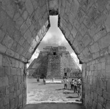 Uxmal, Pirâmide do Mágico vista do falso arco Maia, MéxicoFoto Victor Hugo Mori