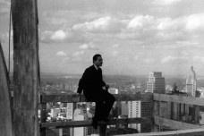 Carlos Lemos em cima do edifício Copan durante sua construçãoFoto divulgação