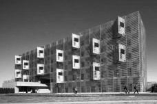 Alojamento Estudantil, grelha de alumínio da circulação voltada para sul funciona como brise soleil, Josai International University, Togane, Japão, 2014-2016, Studio SumoFoto Kawasumi Kobayashi  [Studio Sumo]