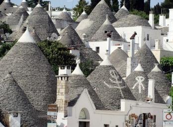 As casas quadradas com telhados cônicos de Alberobello, Itália