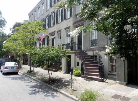 Aspecto da ocupação residencial em um Ward de Savannah, com as escadas no passeioFoto dos autores