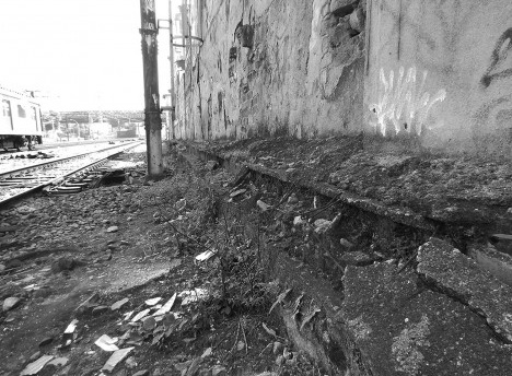 Fragmentos na base de um dos muros ferroviários no Engenho de Dentro, Rio de Janeiro RJ BrasilFoto Daniel Nascimento, 2017