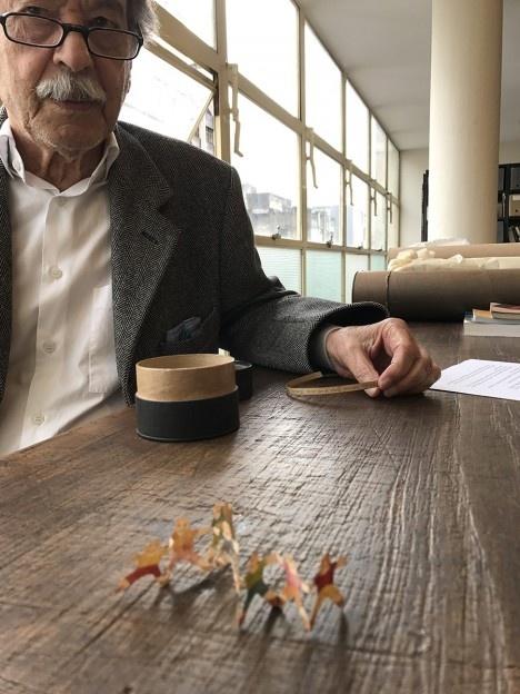 Paulo Mendes da Rocha, com o bilhete de Flavio Motta em mãos e em primeiro plano os bonecos feitos por NanáFoto Fernanda Ferreira