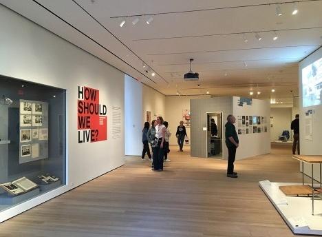 Acesso principal à exposição How sould we live? Propositions for the Modern Interior em cartaz no MomaFoto Sabrina Fontenele
