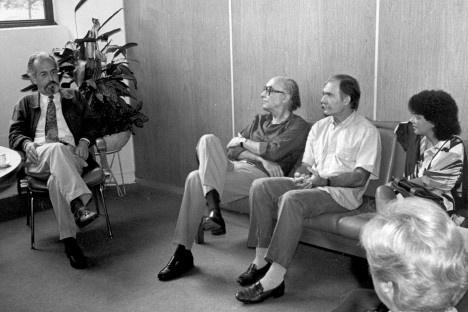 Carlos Guilherme Mota, fundador e então diretor do IEA USP recebe os escritores José Saramago e Luandino Vieira, São Paulo, 1998Foto divulgação  [Acervo IEA USP]