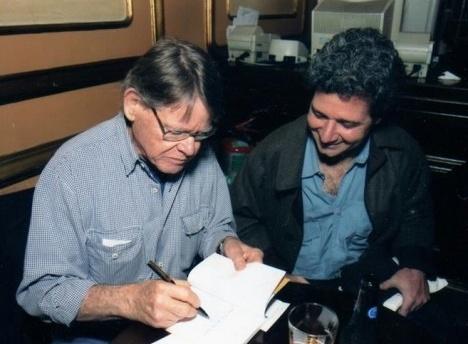 Mauricio Segall escreve dedicatória para Roberto Gervitz em lançamento de livroFoto divulgação