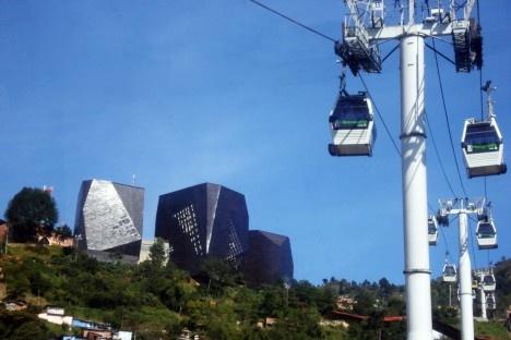 Metrocable e, ao fundo, o Parque Biblioteca Espanha, MedellínFoto Noemi Zein Teles