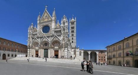 No dia combinado, Diego rumou para o principal edifício arquitetônico da cidade, o Duomo de Siena.