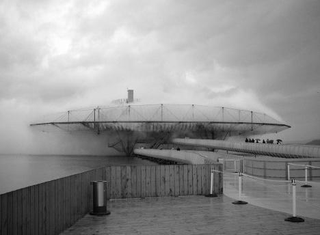 Expo Suiça 2002, Pavilhão Blur, Yverdon-les-Bains, Suiça. Arquitetos Elizabeth Diller and Ricardo Scofidio / Diller Scofidio + RenfroFoto Norbert Aepli, Switzerland  [Wikimedia Commons]